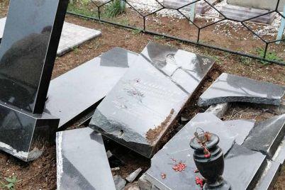 v-zaporozhskoj-oblasti-vandaly-razgromili-kladbishhe-foto.jpg
