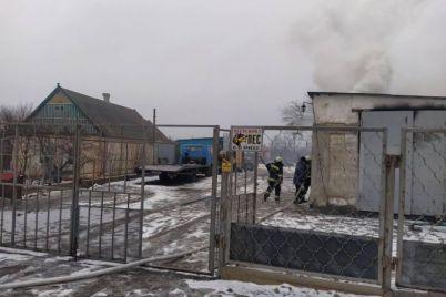 v-zaporozhskoj-oblasti-vo-dvore-chastnogo-doma-zagorelsya-garazh.jpg