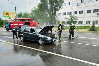 v-zaporozhskoj-oblasti-vo-vremya-dvizheniya-zagorelsya-avtomobil.jpg