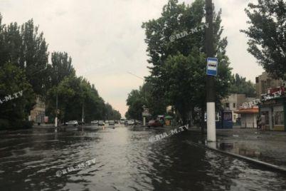v-zaporozhskoj-oblasti-zatopilo-gorod-mashiny-zastryali-v-vode-video-foto.jpg