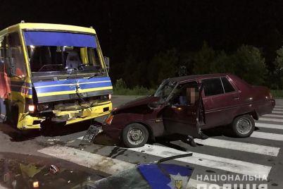 v-zaporozhskoj-oblasti-zaz-vrezalsya-v-passazhirskij-avtobus-postradali-zhenshhina-s-rebenkom.jpg