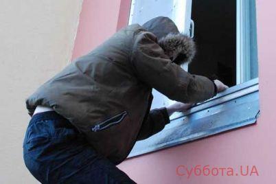 v-zaporozhskoj-oblasti-zloumyshlennik-vlez-v-okno-k-zhenshhine.jpg