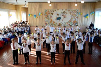 v-zaporozhskoj-shkole-startoval-masshtabnyj-marafon-patrioticheskih-fleshmobov.jpg