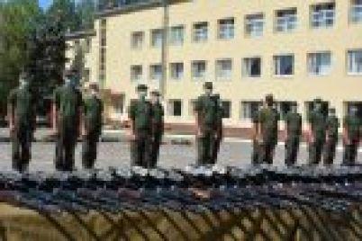 v-zaporozhskoj-voinskoj-chasti-vooruzhili-srochnikov.jpg