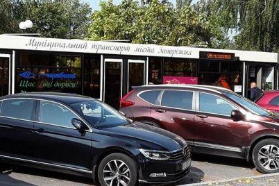 v-zaporozhskom-aeroportu-oshtrafovali-voditelej-kotorye-parkovalis-na-meste-obshhestvennogo-transporta.jpg