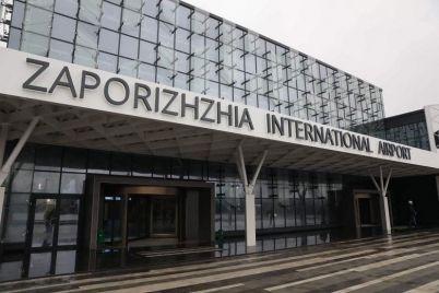 v-zaporozhskom-aeroportu-semejnaya-para-ustroila-skandal-v-hode-kotorogo-pogranichnicza-poluchila-travmy.jpg