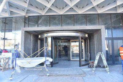 v-zaporozhskom-aeroportu-uzhe-ustanovili-karuselnye-dveri.jpg