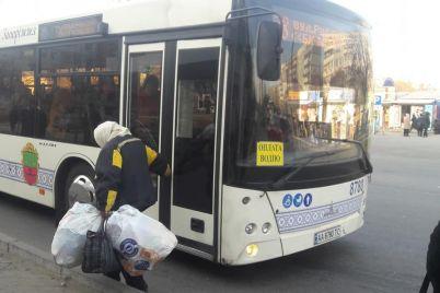 v-zaporozhskom-avtobuse-sluchilsya-vopiyushhij-inczident-foto.jpg