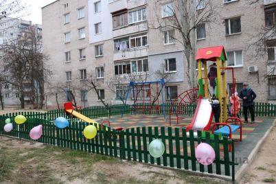 v-zaporozhskom-dvore-poyavilas-sovremennaya-i-bezopasnaya-detskaya-ploshhadka.jpg
