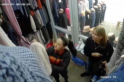 v-zaporozhskom-magazine-pokupatelnicza-tehnichno-ukrala-u-prodavshhiczy-telefon-video.jpg