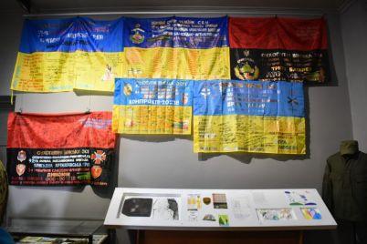v-zaporozhskom-muzee-pokazali-boevye-flagi.jpg