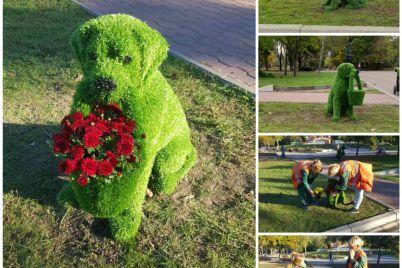 v-zaporozhskom-parke-kommunalshhiki-ustanovili-figury-zverej-iz-iskusstvennoj-travy-foto.jpg