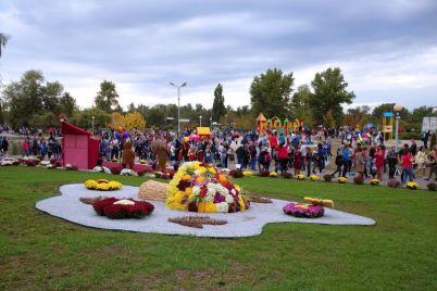 v-zaporozhskom-parke-lyudi-narushali-karantin-i-krushili-czvetochnye-kompoziczii-video.jpg