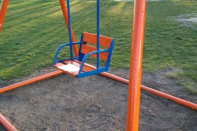 v-zaporozhskom-parke-obnovili-detskie-ploshhadki-i-vysadili-czvety-foto.jpg