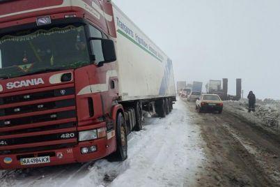 v-zaporozhskoy-oblasti-spasateli-vyitashhili-iz-snezhnyih-zanosov-14-avtomobiley-foto.jpg