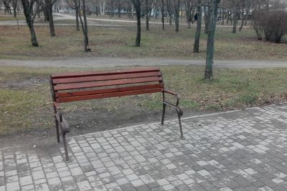 vandaly-slomali-skamejki-v-zaporozhskom-parke-foto.jpg