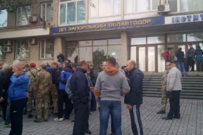 veterani-ato-piketuvali-pid-stinami-derzhgeokadastru-v-zaporizhzhi.jpg