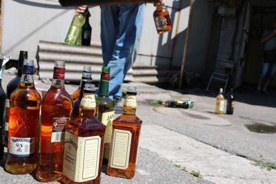 viski-zhalko-policziya-vylila-partiyu-elitnogo-alkogolya-v-kanalizacziyu.jpg