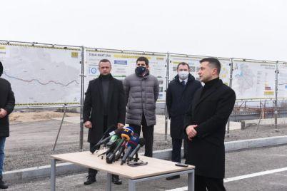vladimir-zelenskij-zayavil-o-vozmozhnosti-dostroit-zaporozhskie-mosty-v-sleduyushhem-godu-foto.jpg