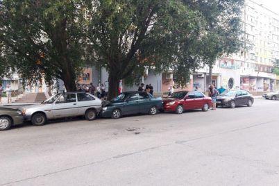 vletela-v-priparkovannye-avto-v-zaporozhe-dtp-s-pyatyu-mashinami-foto.jpg