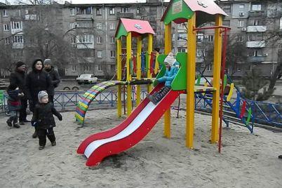 vo-dvore-zaporozhskoj-mnogoetazhki-vmesto-stoyanki-poyavilas-detskaya-ploshhadka.jpg