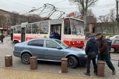 vodij-avtomobilya-zablokuvav-ruh-tramvayu-majzhe-v-czentri-zaporizhzhya-foto.jpg