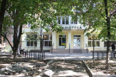 vozle-stilnoj-zaporozhskoj-biblioteki-poyavyatsya-dizajnerskie-lavochki.jpg