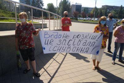 vozle-zaporozhskogo-oblsoveta-sobralos-srazu-neskolko-mitingov-chto-trebovali-foto.jpg