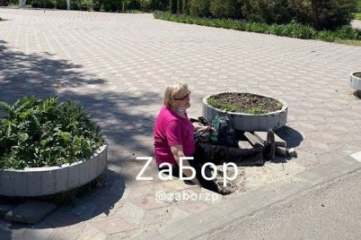 vozle-zaporozhskoj-oblastnoj-bolniczy-zhenshhina-provalilas-pod-plitku-na-trotuare-foto.jpg
