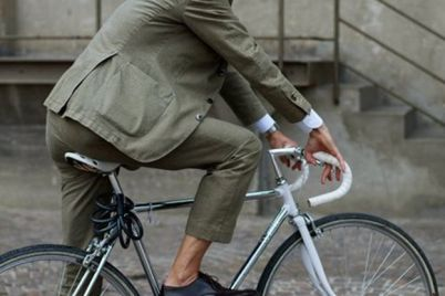 vozrast-ne-pomeha-dedushka-uspeshno-prokatilsya-na-detskom-velosipede-video.jpg