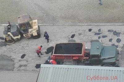 vse-ottenki-asfalta-v-zaporozhe-tochechno-latayut-trotuar-foto.jpg