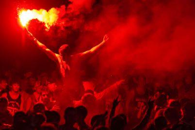 vzryvy-i-voj-signalizaczij-v-czentre-zaporozhya-futbolnye-fanaty-ustroili-massovyj-bespredel-video.jpg
