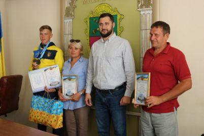 yunye-sportsmeny-poluchili-krasivye-podarki-s-gerbom-zaporozhya.jpg