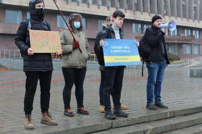 z-praporami-plakatami-i-parasolkami-zaporizhczi-vlashtuvali-akcziyu-v-pidtrimku-sergiya-sternenko-pid-stinami-oda-foto-video.jpg