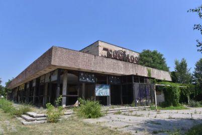 zabroshennyj-kinoteatr-v-zaporozhe-otpugivaet-turistov-i-privlekaet-bezdomnyh-foto.jpg