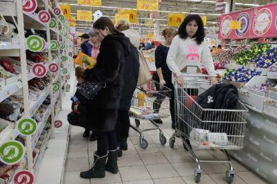 zakonchilis-salaty-v-supermarketah-zaporozhya-ogromnye-ocheredi-1.jpg
