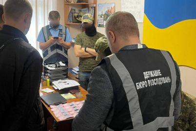 zamestitel-voenkoma-za-vzyatki-pomogal-uklonyatsya-ot-armii.jpg