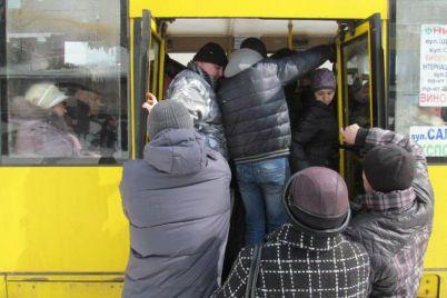 zaporizhanka-pislya-pod197zdki-u-marshrutczi-opinilasya-na-likarnyanomu-lizhku.jpg