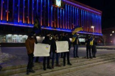zaporizhczi-vijshli-pid-budivlyu-oda-na-akcziyu-v-pidtrimku-uvyaznenogo-aktivista-sergiya-sternenka-fotoreportazh.jpg