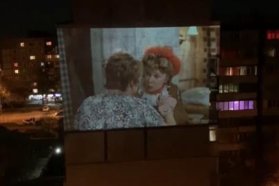 zaporizhecz-organizuvav-pokaz-kinofilmu-na-stini-bagatopoverhivki.png