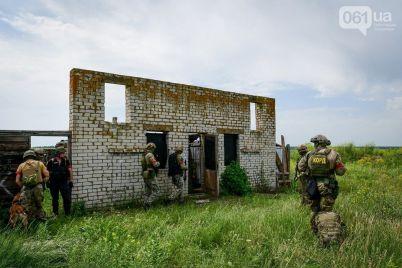 zaporizki-vijskovi-vidpraczyuvali-shturm-budivli-evakuacziyu-ranenih-ta-nadannya-dopomogi.jpg