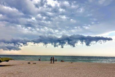 zaporozhanka-sfotografirovala-neveroyatno-krasivye-oblaka-nad-morem.jpg