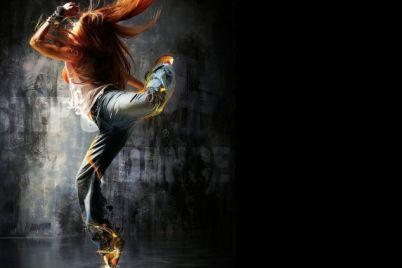 zaporozhanka-ustroila-zazhigatelnye-tanczy-posredi-proezzhej-chasti-video.jpg
