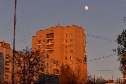 zaporozhczy-mogut-nablyudat-etoj-nochyu-unikalnoe-yavlenie-rozovuyu-lunu.jpg