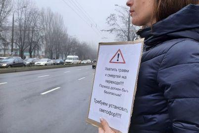 zaporozhczy-perekryli-dorogu-vozle-yunosti-gde-nasmert-sbili-peshehoda-1.jpg