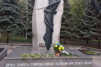 zaporozhczy-pochtili-pamyat-pogibshih-policzejskih-foto.jpg