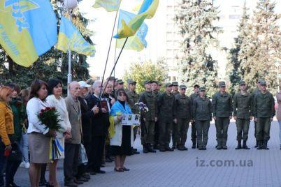 zaporozhczy-sobralis-u-memorialnoj-doski-geroyu-ukrainy.jpg