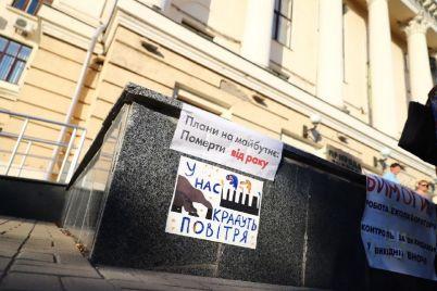 zaporozhczy-vyshli-na-miting-i-trebuyut-ot-vlasti-organizovat-rabotu-mobilnoj-ekolaboratorii-fotoreportazh.jpg