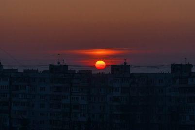 zaporozhecz-pokazal-neveroyatnyj-zakat-v-spalnom-rajone-foto.jpg