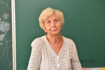 zaporozhskaya-uchitelnicza-s-60-letnim-stazhem-na-pensiyu-ne-sobiraetsya-foto.jpg
